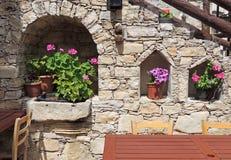Εσωτερικά σκαλοπάτια στο σπίτι με τα λουλούδια στην οδό στοκ φωτογραφία με δικαίωμα ελεύθερης χρήσης