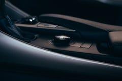Εσωτερικά σύγχρονα στοιχεία αυτοκινήτων, κινηματογράφηση σε πρώτο πλάνο handbrake και ζώνη ασφαλείας στοκ εικόνα