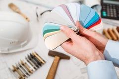 Εσωτερικά ` s χέρια αρχιτεκτόνων που σύρουν κατ' οίκον την απεικόνιση με το υλικό δείγμα, έννοια ανακαίνισης Στοκ φωτογραφίες με δικαίωμα ελεύθερης χρήσης