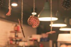 Εσωτερικές διακοσμήσεις για τις καφετερίες κατά τη διάρκεια των Χριστουγέννων και των νέων φεστιβάλ έτους στοκ εικόνα