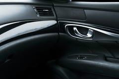 Εσωτερικές λεπτομέρειες δέρματος αυτοκινήτων οι μαύρες διατρυπημένες της πόρτας χειρίζονται τις witCar μαύρες διατρυπημένες εσωτε Στοκ εικόνες με δικαίωμα ελεύθερης χρήσης