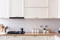 Εσωτερικές λεπτομέρειες σχεδίου κουζινών - σύγχρονα γραφεία και ξύλινα έπιπλα στοκ εικόνα με δικαίωμα ελεύθερης χρήσης