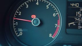 Εσωτερικές λεπτομέρειες ταμπλό αυτοκινήτων με τους λαμπτήρες ένδειξης Απαρίθμηση αυτοκινήτων φωτισμένη αυτοκίνητο επιτροπή νύχτας απόθεμα βίντεο