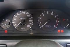 Εσωτερικές λεπτομέρειες ταμπλό αυτοκινήτων με τους λαμπτήρες ένδειξης στοκ φωτογραφία