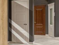 Εσωτερικές πόρτες για την πώληση σε ένα εξειδικευμένο κατάστημα στοκ εικόνες με δικαίωμα ελεύθερης χρήσης