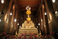 Εσωτερικές σχέδιο και εικόνα του Βούδα στο ναό του παρεκκλησιού ξαπλώματος Βούδα Στοκ Εικόνες