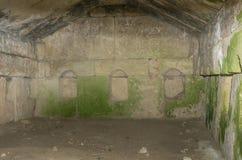 Εσωτερική άποψη αρχαίο crypt τοίχων στοκ εικόνες με δικαίωμα ελεύθερης χρήσης