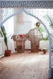 Εσωτερική άποψη ενός αραβικού δωματίου με τα παραδοσιακά έπιπλα, τάπητας, Μαρακές, Μαρόκο, Βόρεια Αφρική Στοκ Εικόνα