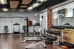 Εσωτερική άποψη μιας γυμναστικής με τον εξοπλισμό Στοκ εικόνα με δικαίωμα ελεύθερης χρήσης