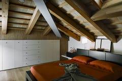 Εσωτερική άποψη μιας σύγχρονης κρεβατοκάμαρας στο αττικό δωμάτιο Στοκ φωτογραφία με δικαίωμα ελεύθερης χρήσης