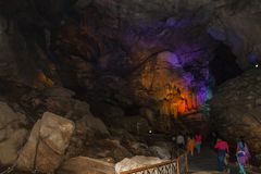 Εσωτερική άποψη της σπηλιάς borra με τα ζωηρόχρωμα φω'τα, κοιλάδα Araku, Visakhapatnam Άντρα Πραντές, Ινδία, στις 4 Μαρτίου 2017 στοκ φωτογραφία