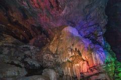 Εσωτερική άποψη της σπηλιάς borra με τα ζωηρόχρωμα φω'τα, κοιλάδα Araku, Visakhapatnam Άντρα Πραντές, Ινδία, στις 4 Μαρτίου 2017 στοκ φωτογραφία με δικαίωμα ελεύθερης χρήσης