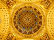 Εσωτερική άποψη του ζωηρόχρωμου γραφικού ανώτατου ορίου θόλων στη βασιλική Αγίου Stephen ` s, Βουδαπέστη, Ουγγαρία Στοκ Φωτογραφίες