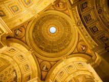 Εσωτερική άποψη του ζωηρόχρωμου γραφικού ανώτατου ορίου θόλων στη βασιλική Αγίου Stephen ` s, Βουδαπέστη, Ουγγαρία Στοκ Φωτογραφία
