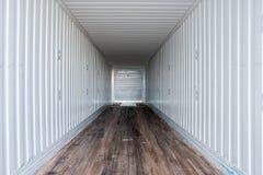 Εσωτερική άποψη του κενού ημι φορτηγού ξηρό van trailer στοκ εικόνες