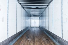 Εσωτερική άποψη του κενού ημι φορτηγού ξηρό van trailer στοκ εικόνα