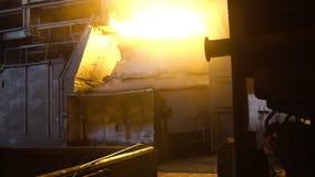 Εσωτερική άποψη του μύλου χάλυβα με την τεράστια κουτάλα του καψίματος του κράματος μετάλλων footage Άποψη του open-hearth φούρνο στοκ εικόνες με δικαίωμα ελεύθερης χρήσης