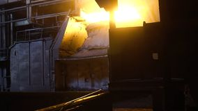 Εσωτερική άποψη του μύλου χάλυβα με την τεράστια κουτάλα του καψίματος του κράματος μετάλλων footage Άποψη του open-hearth φούρνο στοκ φωτογραφία