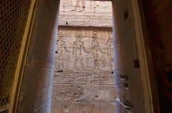 Εσωτερική άποψη του ναού Edfu, που αφιερώνεται στο Θεό Horus γερακιών, που βρίσκεται στη Δυτική Όχθη του Νείλου, Edfu Στοκ εικόνα με δικαίωμα ελεύθερης χρήσης