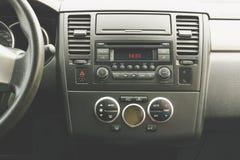 Εσωτερική άποψη του οχήματος Σύγχρονος στενός επάνω ταμπλό αυτοκινήτων τεχνολογίας Κλίμα CONT στοκ φωτογραφίες με δικαίωμα ελεύθερης χρήσης