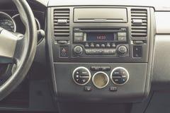 Εσωτερική άποψη του οχήματος Σύγχρονος στενός επάνω ταμπλό αυτοκινήτων τεχνολογίας κλίμα στοκ φωτογραφίες