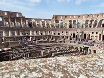 Εσωτερική άποψη του Colosseum με τους τουρίστες κατά τη διάρκεια της ημέρας στοκ εικόνα με δικαίωμα ελεύθερης χρήσης