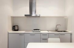 Εσωτερική, άσπρη κουζίνα Στοκ φωτογραφίες με δικαίωμα ελεύθερης χρήσης