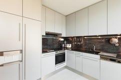 Εσωτερική, άσπρη κουζίνα Στοκ εικόνες με δικαίωμα ελεύθερης χρήσης