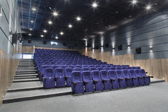 Εσωτερική αίθουσα κινηματογράφων με την αφθονία της διάταξης θέσεων και ενός προβολέα Στοκ φωτογραφίες με δικαίωμα ελεύθερης χρήσης
