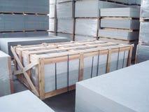Εσωτερική αποθήκη εμπορευμάτων εργοστασίων για την αποθήκευση πινάκων τσιμέντου ινών Στοκ Φωτογραφία