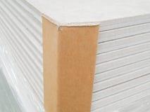 Εσωτερική αποθήκη εμπορευμάτων εργοστασίων για την αποθήκευση πινάκων τσιμέντου ινών Στοκ Φωτογραφίες