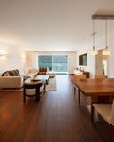Εσωτερική αρχιτεκτονική, σύγχρονο καθιστικό με την άποψη λιμνών Στοκ εικόνες με δικαίωμα ελεύθερης χρήσης