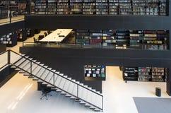 εσωτερική βιβλιοθήκη σύγχρονη Στοκ εικόνα με δικαίωμα ελεύθερης χρήσης