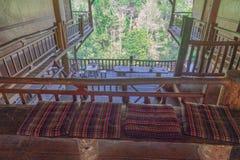 Εσωτερική διακόσμηση ενός ξύλινου σπιτιού δέντρων στο χωριό φυλών λόφων στοκ φωτογραφίες