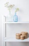 Εσωτερική διακόσμηση: κλάδοι στα μπουκάλια και τα καλάθια Στοκ φωτογραφία με δικαίωμα ελεύθερης χρήσης