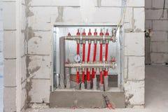Εσωτερική εγκατάσταση κεντρικής θέρμανσης, σύστημα θέρμανσης πατωμάτων, συλλέκτης, μπαταρία Έννοια θέρμανσης και θερμαντικός διαν στοκ εικόνα