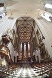 Εσωτερική εκκλησία του ST James στο Μπρνο με το μπλε ουρανό και τα σύννεφα Στοκ φωτογραφίες με δικαίωμα ελεύθερης χρήσης