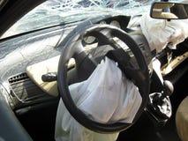 Εσωτερική κίνηση αυτοκινήτων που συντρίβεται με το σπασμένο ανεμοφράκτη, οπισθοσκόπο mir Στοκ Φωτογραφίες