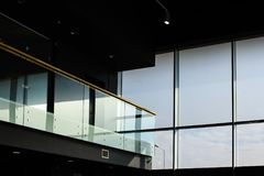 Εσωτερική κατασκευή γυαλιού με το μπαλκόνι Στοκ εικόνα με δικαίωμα ελεύθερης χρήσης