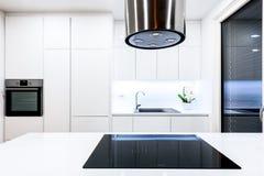 Εσωτερική νέα σύγχρονη άσπρη κουζίνα σχεδίου με τις συσκευές κουζινών Στοκ εικόνα με δικαίωμα ελεύθερης χρήσης