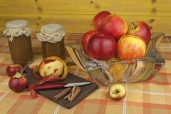 Εσωτερική παραγωγή της μαρμελάδας και της κανέλας μήλων Μαρμελάδα της Apple στον πίνακα κουζινών Στοκ φωτογραφία με δικαίωμα ελεύθερης χρήσης