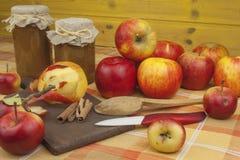 Εσωτερική παραγωγή της μαρμελάδας και της κανέλας μήλων Μαρμελάδα της Apple στον πίνακα κουζινών Στοκ Εικόνα