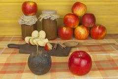 Εσωτερική παραγωγή της μαρμελάδας και της κανέλας μήλων Μαρμελάδα της Apple στον πίνακα κουζινών Στοκ εικόνα με δικαίωμα ελεύθερης χρήσης