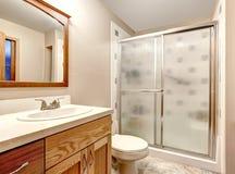 εσωτερική πετσέτα κύπελλων λουτρών Ντους πορτών γυαλιού Στοκ φωτογραφίες με δικαίωμα ελεύθερης χρήσης