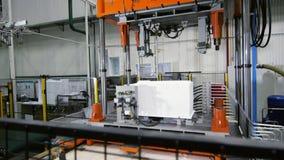 Εσωτερική πλαστική περίπτωση του ψυγείου που μεταφέρεται από τη γραμμή παραγωγής απόθεμα βίντεο