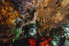 Εσωτερική σπηλιά Thien Cung ήχων καμπάνας που διακόσμησε με τα τεχνητά ζωηρόχρωμα φω'τα στο μακρύ κόλπο εκταρίου Quang Ninh, Βιετ Στοκ Εικόνα