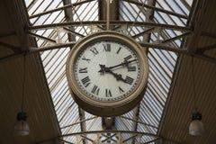 Εσωτερική στέγη ρολογιών σχεδίου σταθμών τρένου στοκ εικόνα με δικαίωμα ελεύθερης χρήσης