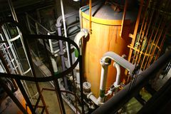 Εσωτερικοί βιομηχανικοί σωλήνας και δεξαμενή του εργοστασίου επεξεργασίας νερού στοκ εικόνα