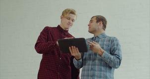 Εσωτερικοί σχεδιαστές με την ταμπλέτα που λειτουργεί στο πρόγραμμα απόθεμα βίντεο