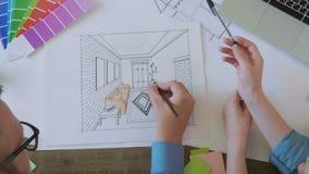 Εσωτερικοί σχεδιαστές τοπ άποψης που εργάζονται στο εσωτερικό σκίτσο απόθεμα βίντεο